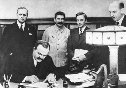 В'ячеслав Молотов підписує Пакт про ненапад між Німеччиною і СРСР. Фото: Getty Images