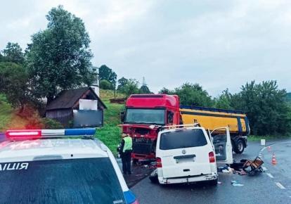 Микроавтобус столкнулся с грузовиком