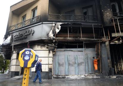 Во время протестов сожжено более ста отделений банков. Фото: Getty Images
