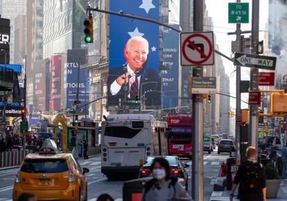 Изображение избранного президента США Джо Байдена на экране в районе Таймс-сквер в Нью-Йорке, США, 9 ноября 2020 г.