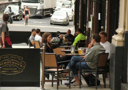 C 4 липня паби, ресторани і кафе в Англії знову відкрили свої двері для клієнтів / Getty Images