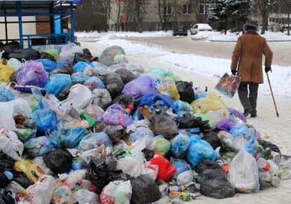 Сміття біля житлового будинку у Львові. Фото: УНІАН