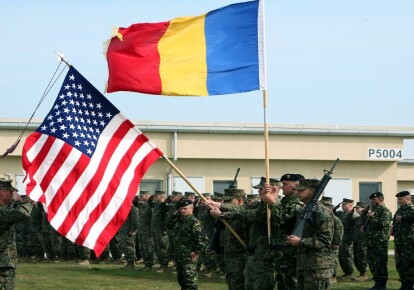 Совместный парад американских и румынских военнослужащих на базе Девеселу