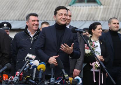 Президент Владимир Зеленский в Новых Санжарах после окончания обсервации украинцев, эвакуированных из Китая. Фото: УНИАН