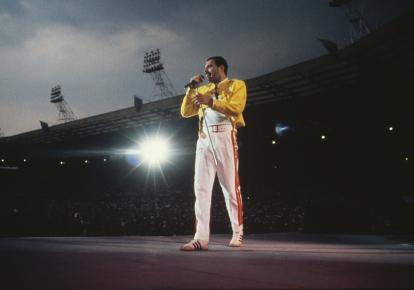 Фредді Мерк'юрі виступає на стадіоні Уемблі в Лондоні, 1986 р