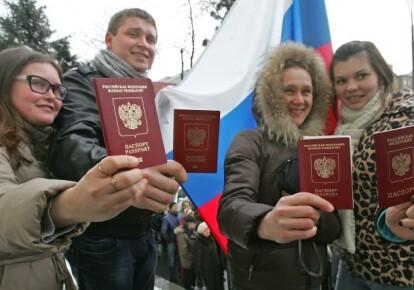 Молодые люди показывают паспорта