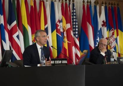 Генеральный секретарь НАТО Йенс Столтенберг и президент Ассамблеи НАТО, американский дипломат Джеральд Коннолли во время сессии ПА НАТО в Лисабоне