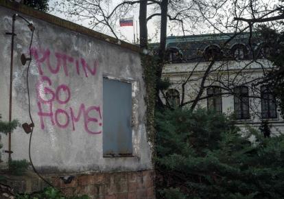 Напис на стіні біля посольства Росії в Празі «Путін, йди додому», квітень 2021 р.