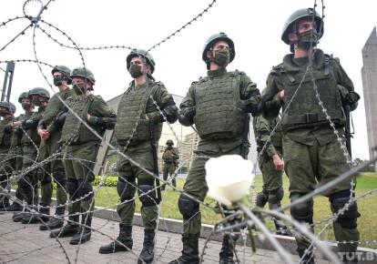 Военные у президентского дворца в Минске. Фото: Tut.by