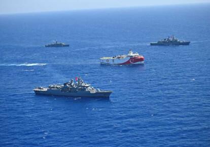 Турецьке сейсмічне судно Oruc Reis в супроводі турецьких військово-морських сил біля берегів Східного Середземномор'я, серпень 2020 р.