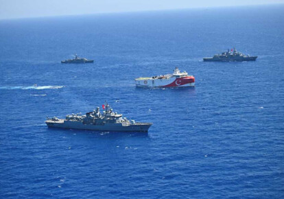 Турецкое сейсмическое судно Oruc Reis в сопровождении турецких военно-морских сил у берегов Восточного Средиземноморья, август 2020 г.