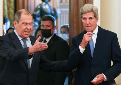 Министр иностранных дел России Сергей Лавров приветствует посла США по климату Джона Керри в Москве, 12 июля 2021 г.