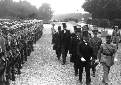 Угорська делегація прямує на церемонію підписання Тріанонського миру, 4 червня 1920/Gallica Digital Library