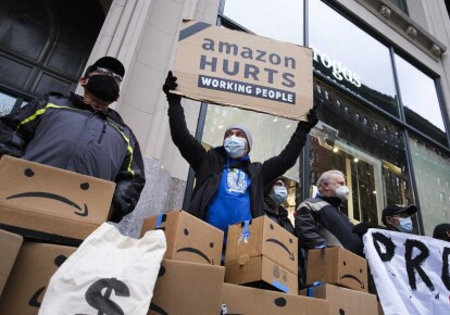 Десятки активістів зібралися біля розкішної квартири Джеффа Безоса на П'ятій авеню Нью-Йорка, щоб висловити протест проти ділової практики і умов роботи Amazon, 2 грудня 2020 р