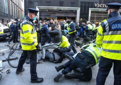 Полицейские задерживают протестующих