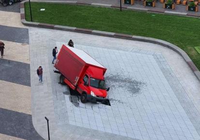 Вантажівка пошкодила новий фонтан на Арсенальній площі