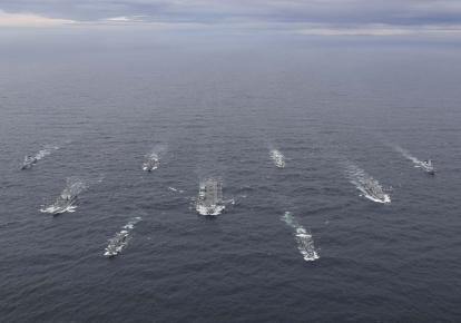 Авианосец HMS Queen Elizabeth и его ударная группа во время учений Joint Warrior 2020-2