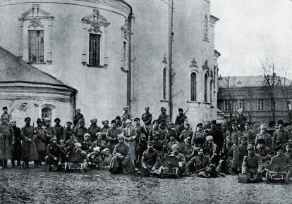 Симон Петлюра (в центрі) серед козаків Гайдамацького коша Слобідської України. Київ, березень 1918 р.