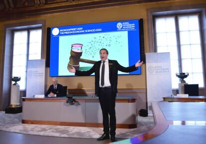 Член комітету з присудження Нобелівської премії в галузі економічних наук Томмі Андерссон оголошує, що американці Пол Р. Мілгром і Роберт Б. Вілсон стали лауреатами-2020
