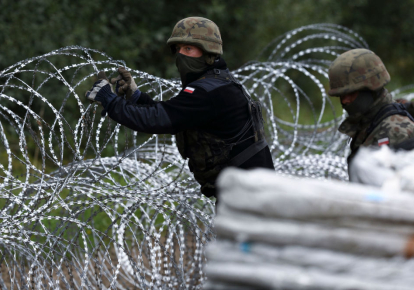 Польские солдаты возводят забор из колючей проволоки на границе с Беларусью, недалеко от Белостока, восточная Польша, август 2021