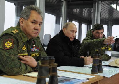 Владимир Путин и Сергей Шойгу (слева)