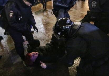 Возле СИЗО, где находится Навальный, жестоко разгоняют протестующих