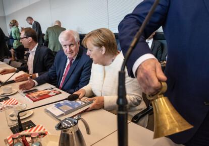 Министр внутренних дел Германии Хорст Зеехофер и канцлер ФРГ Ангела Меркель. Фото: EPA/UPG