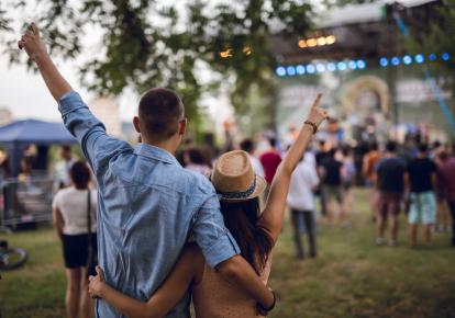 Пара молодых людей на фестивале