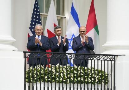 Прем'єр-міністр Ізраїлю Біньямін Нетаньяху, глава МЗС ОАЕ Абдулла бін Зайд аль-Нахайян та глава МЗС Бахрейну Абдель Латіф аз-Заян підписали угоду про примирення