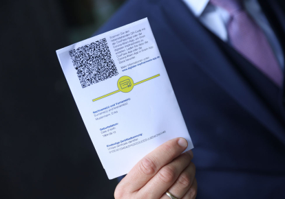 QR-код на сертификате вакцинации Европейского Союза против Covid-19, который можно использовать для активации цифровой версии CovPass для смартфонов, 10 июня 2021 г., Берлин (Германия)