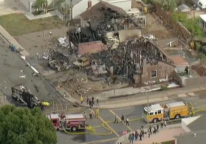 В Калифорнии самолет упал на жилой район: два человека погибли