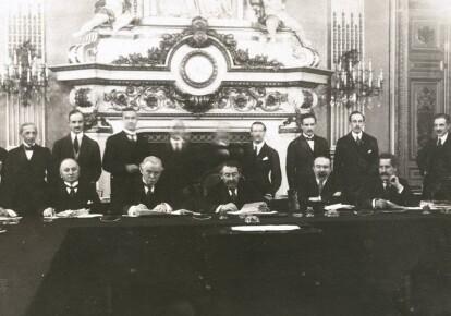 Джордж Керзон і Девід Ллойд Джордж (сидять другий і третій зліва) на одному з міжнародних форумів після Першої світової війни. Вони сперечалися про близькосхідну політику, але діяли злагоджено у питаннях Східної Європи