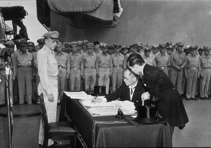"""Підписання Акту про капітуляцію Японії 2 вересня 1945 року на борту американського лінкора """"Міссурі"""". Фото: Getty Images"""