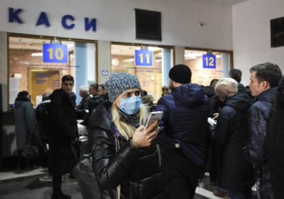 Люди стоят в очереди в кассы для возврата билетов на Центральном железнодорожном вокзале в Киеве. Фото: УНИАН
