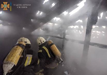 Спасатели проводят эвакуацию из пятиэтажного столичного жилого дома