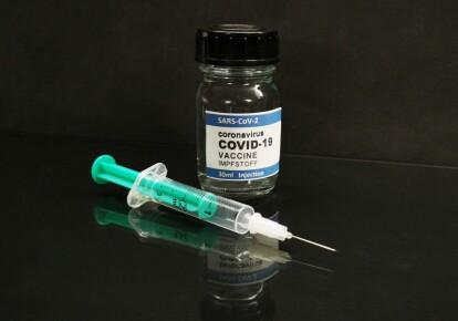 Фальшивые прививки получили до 2 500 человек