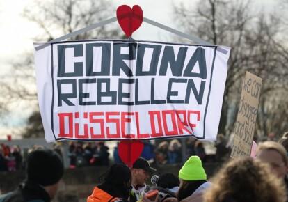 Протестующие во время демонстрации с требованием соблюдения основных прав и отмены ограничительных мер в отношении коронавируса в Касселе, центральная Германия, 20 марта 2021 г.