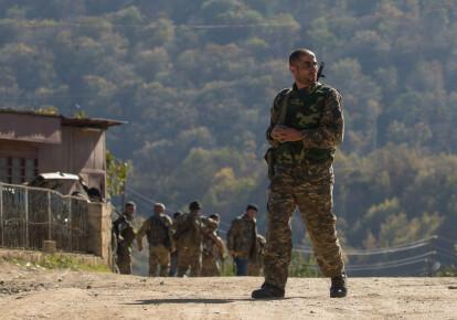 Военный с оружием на Кавказе