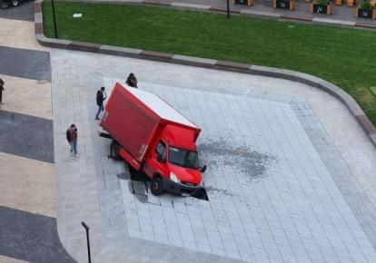 Вантажівка у фонтані