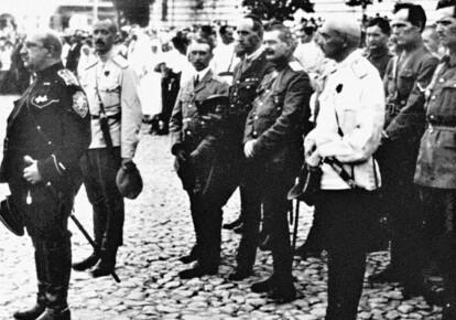 Военная церемония на Софийской площади. Крайний слева - командующий Добровольческой армией генерал Май-Маевский, второй слева - генерал Бредов. Сентябрь 1919-го