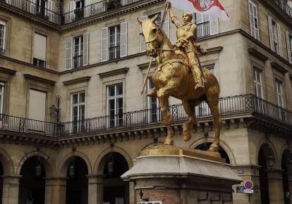 Жанне д'Арк в Париже дали в руку флаг Беларуси