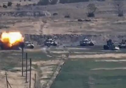 На кадрі з роздаткового відео, наданого Міністерством оборони Республіки Вірменія, видно поразку азербайджанської бронетехніки в Нагірно-Карабахської Республіці, на кордоні Вірменії та Азербайджану, 27 вересня 2020 року