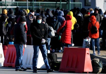 За 10 дней из Польши в Украину вернулось более 100 тыс. украинцев. Фото: EPA/UPG