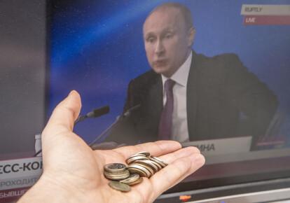 Президент РФ Владимир Путин на экране телевизора