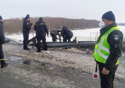 Грузовой автомобиль пробил ограждение моста и упал в реку Десна