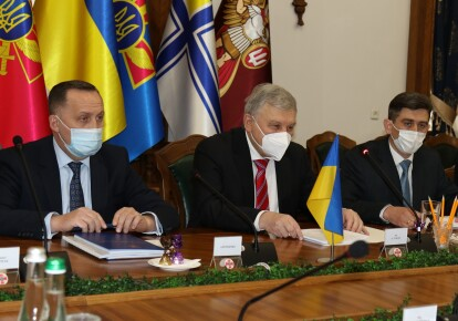 Андрей Таран (в центре)