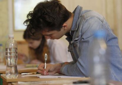 Украинские школьники отстают в изучении математики, также невысоки показатели и по читательской грамотности. Фото: УНИАН
