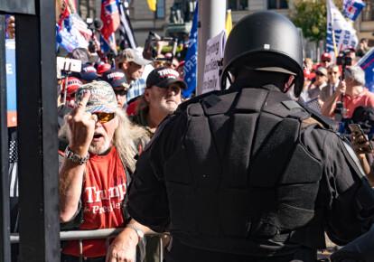 Полицейские стоят между сторонниками Дональда Трампа и Джо Байдена у здания столицы штата Джорджия