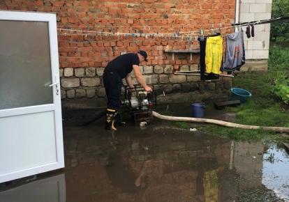 Рятувальники продовжують відкачувати воду