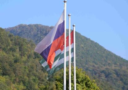 Прапори Росії і Абхазії
